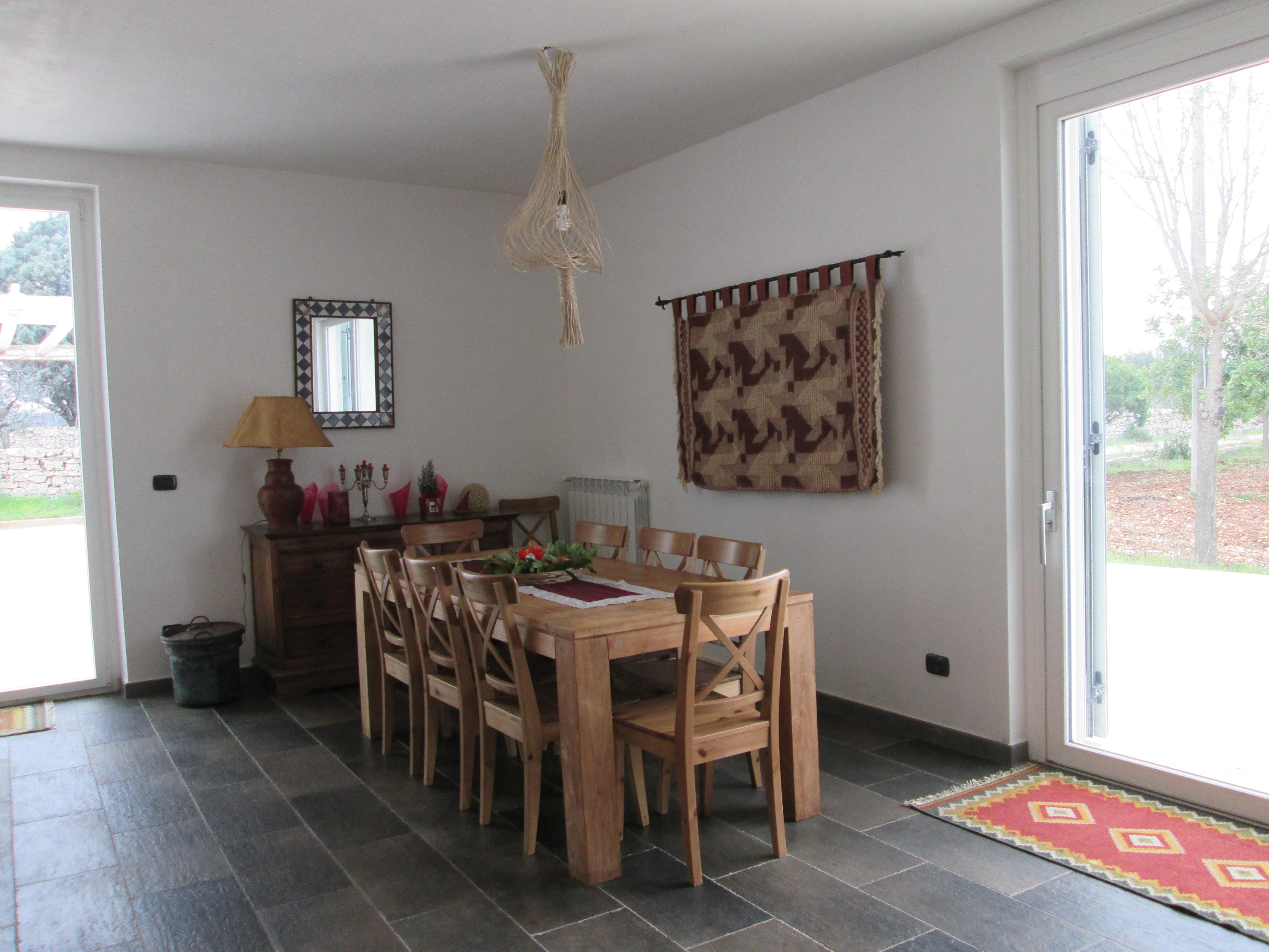 interni il salone il tavolo fra le vetrate