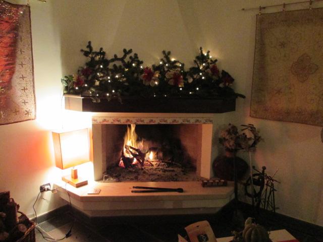 interni salone decorazioni natalizie sul camino